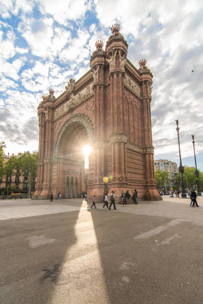 triumphbogen mit sonnenschein, arc de triomf in barcelona - engelportal stock-fotos und bilder