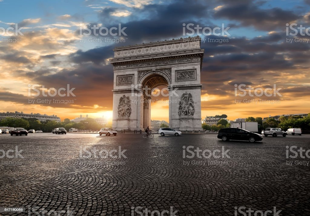 Triumphal Arch and clouds - Photo