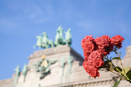 Triumphal Arch In Brussels With Roses Stock Photo - Download Image Now