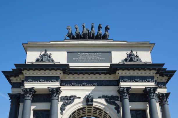 triumphal arch in moscow, russia - via monte napoleone foto e immagini stock