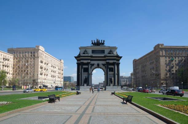 triumphal gate on kutuzovsky prospekt in moscow, russia - via monte napoleone foto e immagini stock
