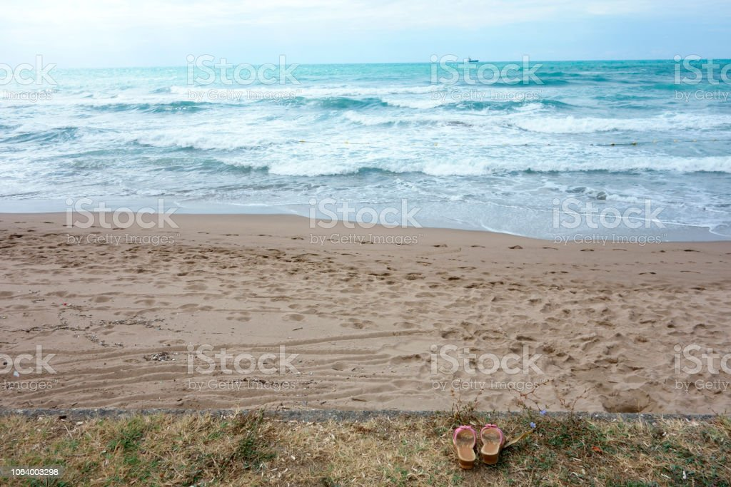 Türkisfarbenes Meer und Sandstrand stock photo