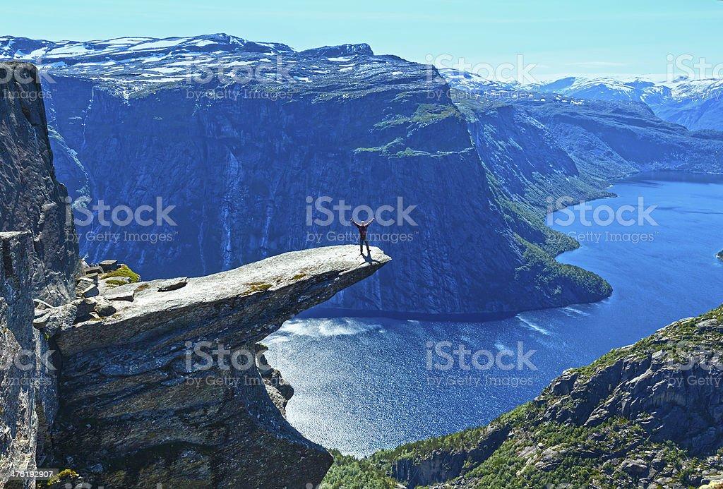 Trolltunga im Sommer (Norwegen) und Mann auf einem Felsen Rand. – Foto
