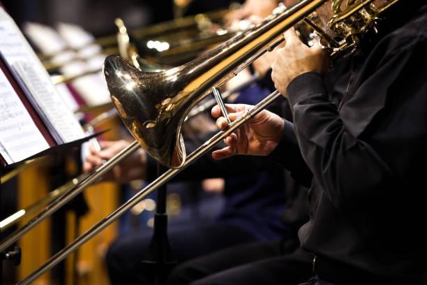 Posaunen in den Händen der Musiker im Orchester – Foto