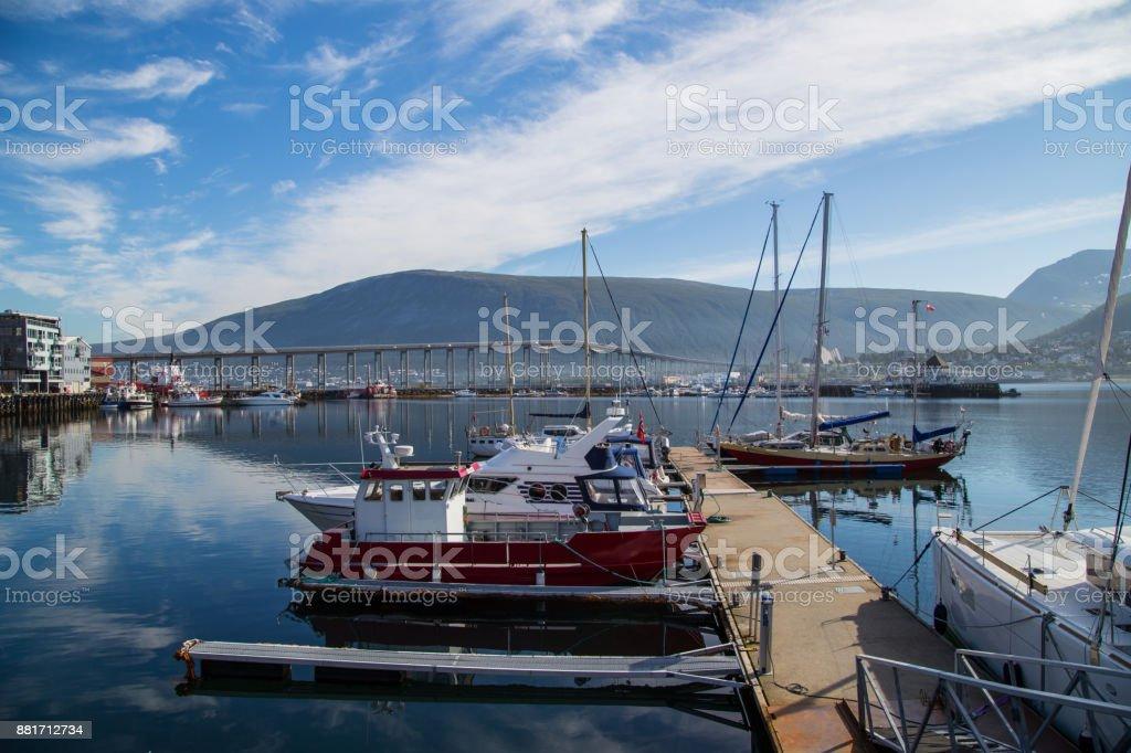 Tromsø-Brücke und Boote – Foto