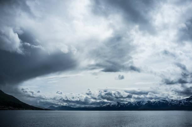 Tromsø Fjord unter bewölktem Himmel – Foto