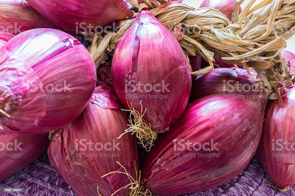 Tropea Onions on a wooden table - foto stock