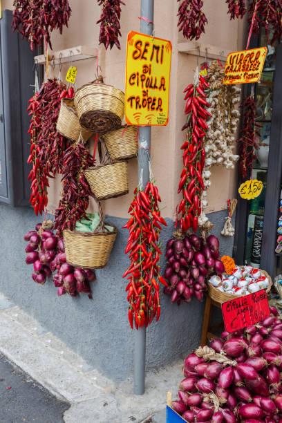 tropea red chillies and onions - foto di tropea foto e immagini stock