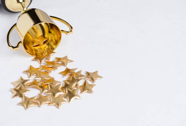 trophy cup mit goldenen sternen - belohnung stock-fotos und bilder