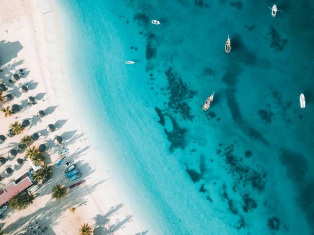 Tropenstrand von Zanzibar mit Booten – Foto