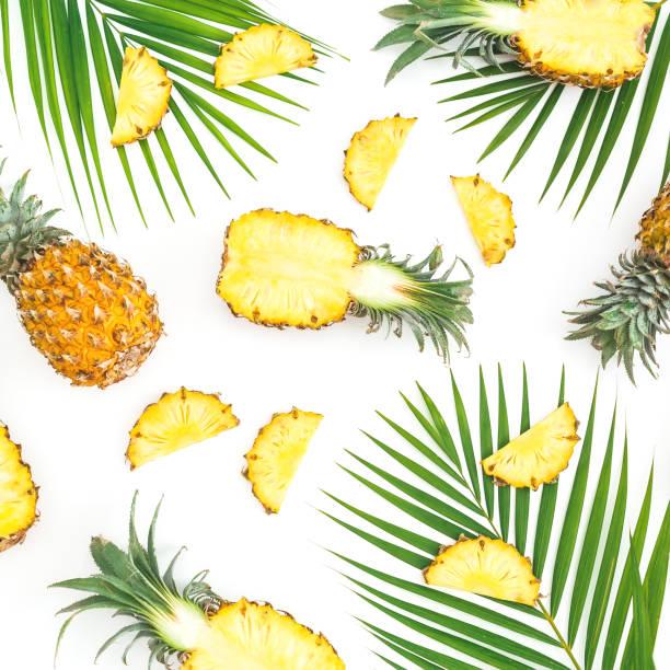 Tropic Muster aus Ananas Früchte mit Palm Blätter auf weißem Hintergrund. Flach legen, Top Aussicht. Tropische Konzept. – Foto