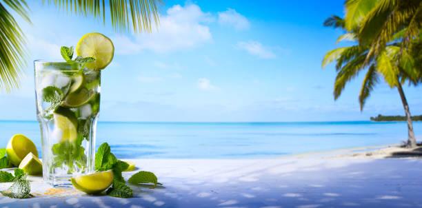 tropic sommerurlaub; exotische drinks am weichzeichnen tropischen strand hintergrund - urlaub in kuba stock-fotos und bilder