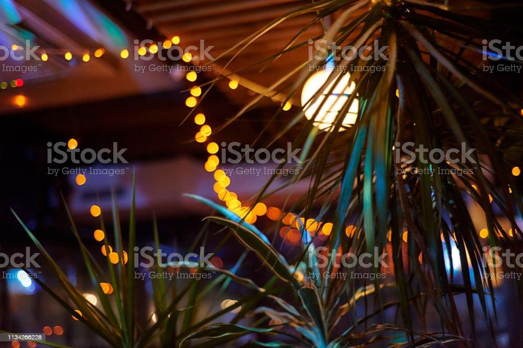 Tropical Bar athmocphere achtergrond met gele Garland bokeh. vakantie nachtleven concept foto