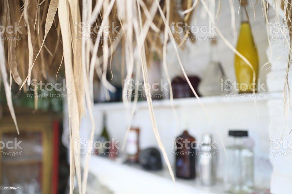 bar tropicale mensola con bottiglie di bevande - foto stock