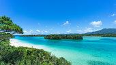 熱帯のビーチ、澄み切った青いラグーン、ロックアイランド、沖縄