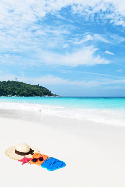 tropical beach urlaubskonzept - flitterwochen flip flops stock-fotos und bilder