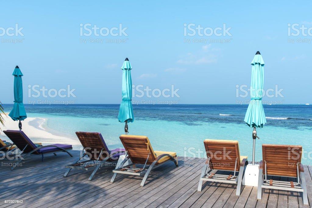 Banhos de sol de praia tropical - foto de acervo