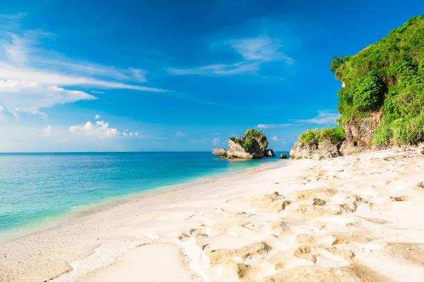 Tropischer Strand mit blaue Meer und den Himmel in Bali – Foto