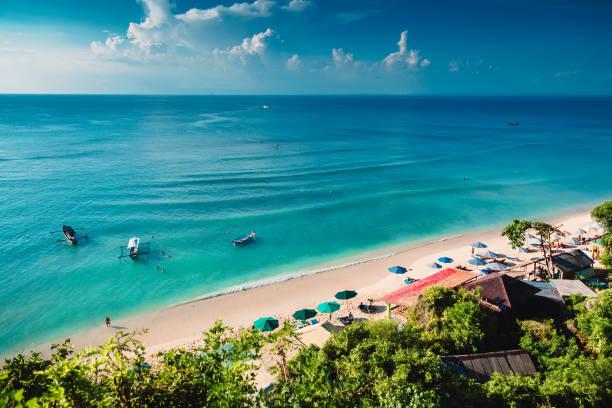 playa tropical con barcos y mar azul en isla tropical - beach in thailand fotografías e imágenes de stock