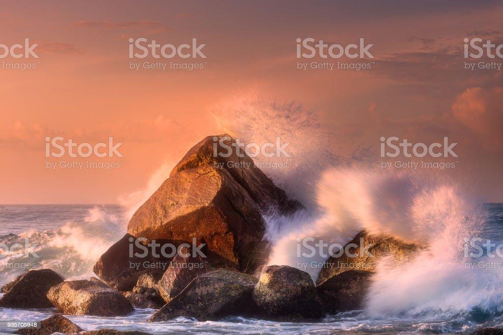 Tropical playa con rocas y grandes olas - foto de stock