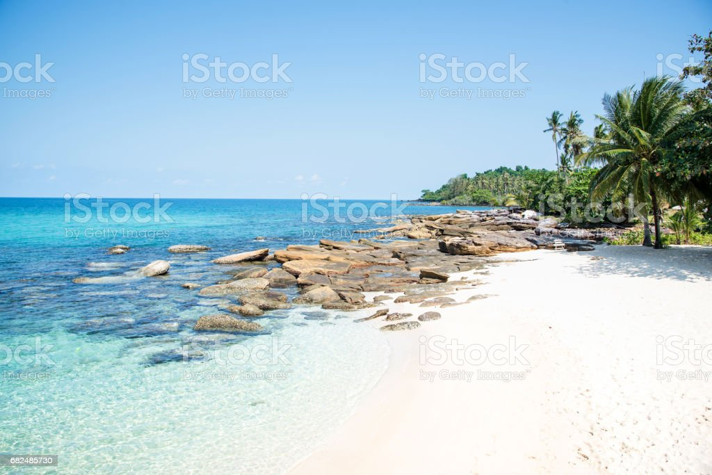 Tropical beach with sea and blue sky Lizenzfreies stock-foto