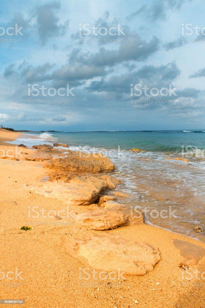 Tropical playa mar arena, azul amarillo y verde - Foto de stock de Agua libre de derechos