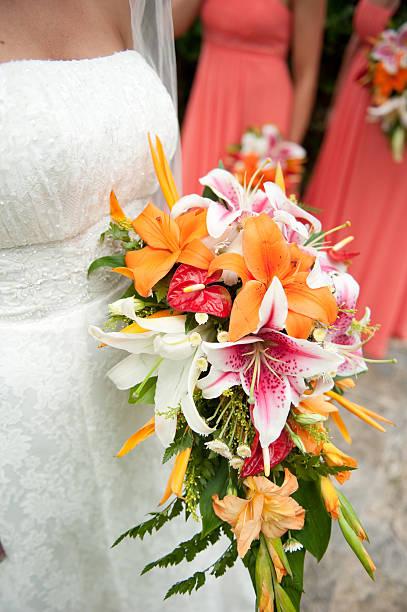 tropische braut und ihre bouquet - brautjungfer kleid coral stock-fotos und bilder