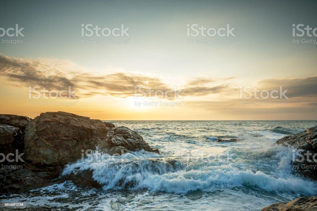 在石頭海灘的熱帶五顏六色的日落。 - 免版稅保加利亞圖庫照片