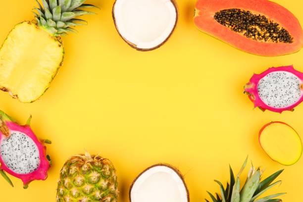 밝은 노란색 배경에서 열 대 과일 프레임 - 열대 과일 뉴스 사진 이미지