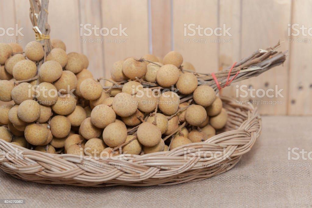 Longan na cesta de frutas tropicais - foto de acervo