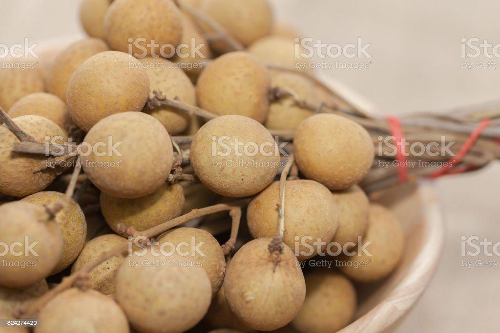 Frutas tropicais Longan em tigela de madeira - foto de acervo