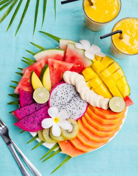 tropische früchte-sortiment mit mango-smoothie - hawaiianischer salat stock-fotos und bilder