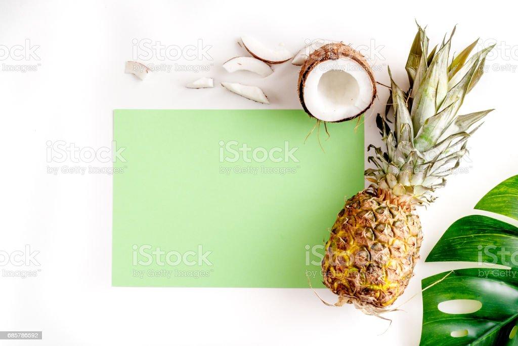 tropikal meyveler için beyaz zemin üstüne yaz tasarım mock-up görüntülemek royalty-free stock photo