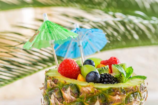 tropical fruits salad in pineapple on sandy beach - hawaiianischer salat stock-fotos und bilder