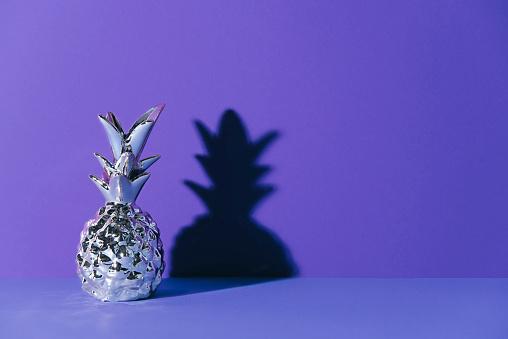 Photo libre de droit de Tropical Ananas Doré Sur Fond Ultraviolet banque d'images et plus d'images libres de droit de {top keyword}