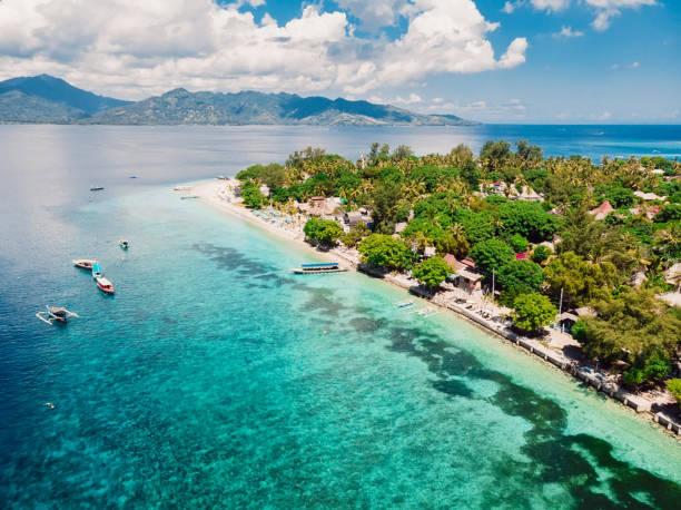 tropisch eiland met strand en turquoise transparante oceaan, luchtfoto. gili-eilanden - lombok stockfoto's en -beelden