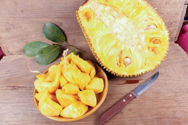 tropische jack fruit op de houten achtergrond - rijp voedselbereiding stockfoto's en -beelden
