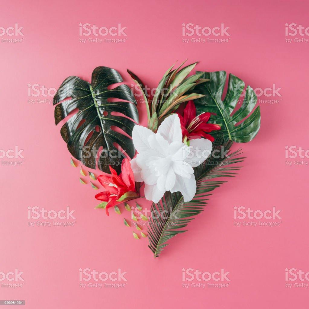 Tropische Blätter und Blüten in Form eines Herzens. Mütter Tag Liebe Konzept. Flach zu legen. – Foto