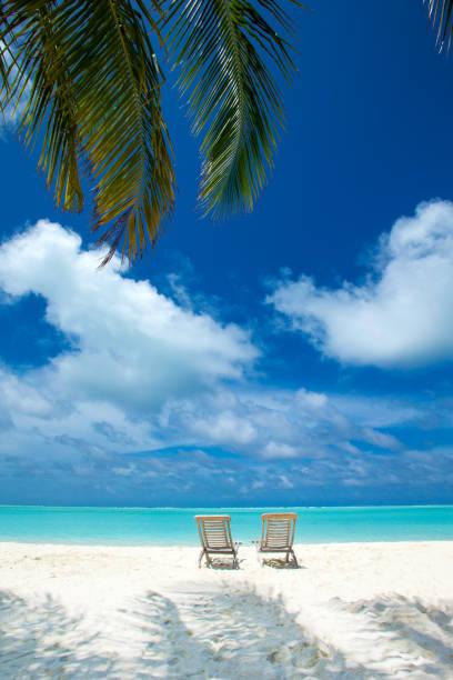 하얀 모래 해변, 바다와 열 대 몰디브 섬 스톡 사진