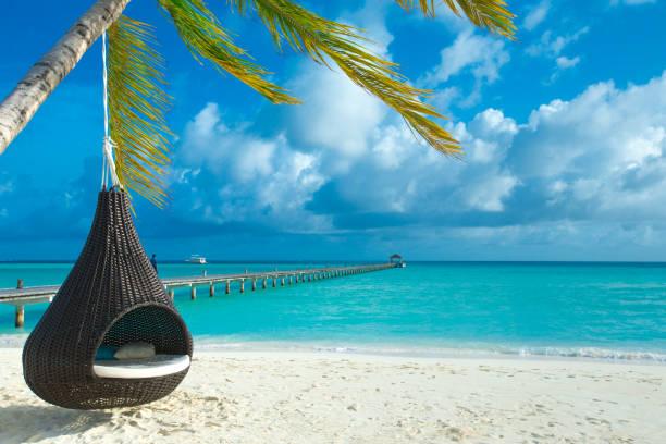 하얀 모래 해변과 바다가 있는 열 대 몰디브 섬 스톡 사진