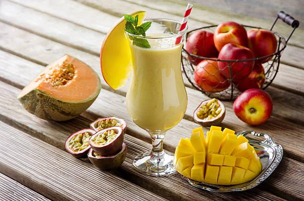 tropisches mango-, melone und passionsfrucht-smoothies für eine gesunde bre - pfirsich milchshake stock-fotos und bilder