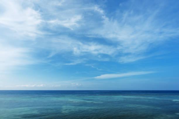 fondo abstracto tropical océano y cielo azul - blue sky fotografías e imágenes de stock