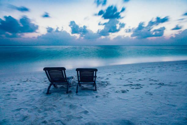 tropisches paradies auf dhiffushi holiday island, süd ari atoll, malediven - sessel türkis stock-fotos und bilder