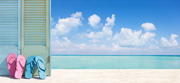 tropisches paradies strandurlaub mit flip-flops paar panorama-banner ad - flitterwochen flip flops stock-fotos und bilder