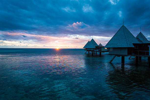 Tropisches Paradies Luxus Over Water Resort bei Sonnenuntergang – Foto