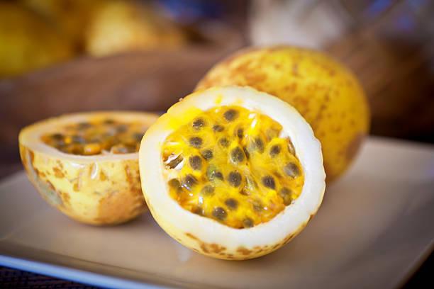 tropical fruit de la passion, servi sur une assiette - fruit de la passion photos et images de collection