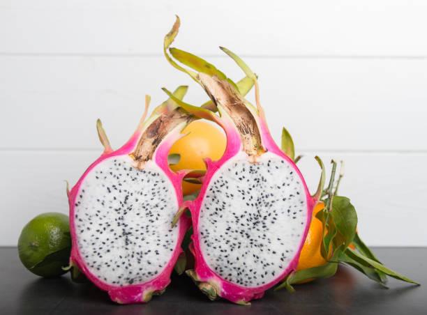 tropischen pitaya obst - kaktusfrucht stock-fotos und bilder