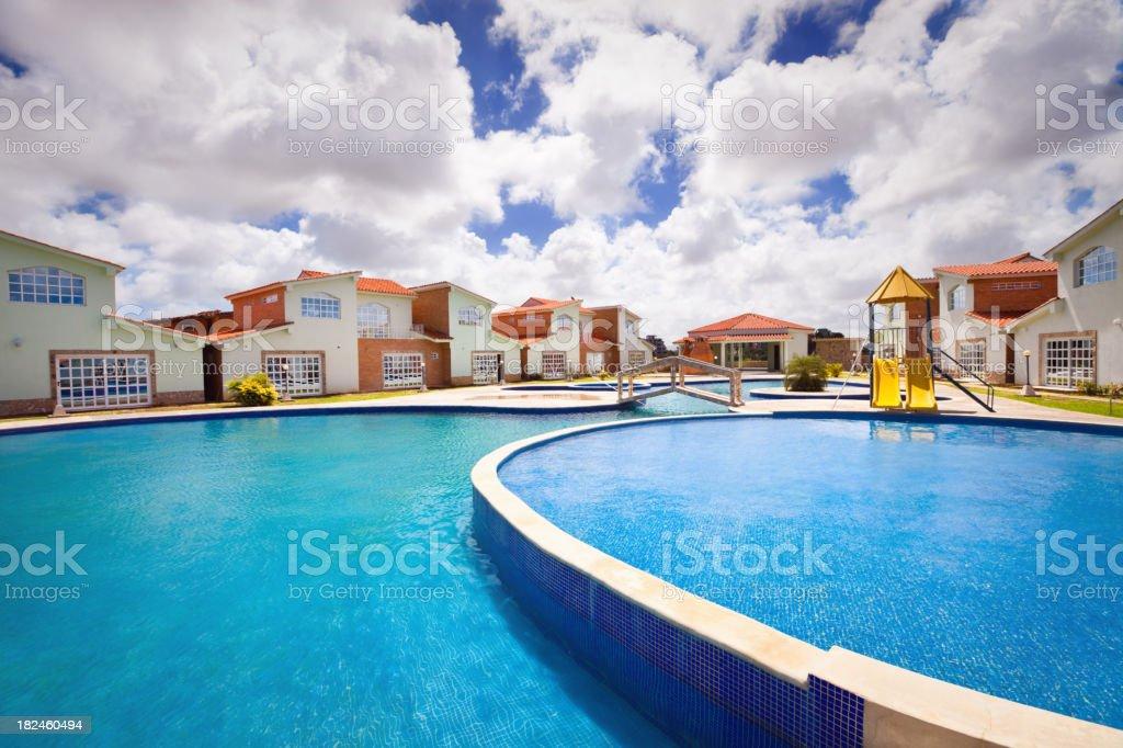 Piscina Tropical del complejo turístico foto de stock libre de derechos