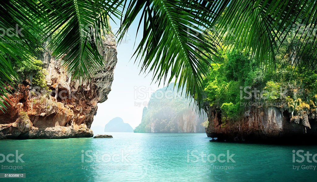 Mar tropical y rocas - foto de stock