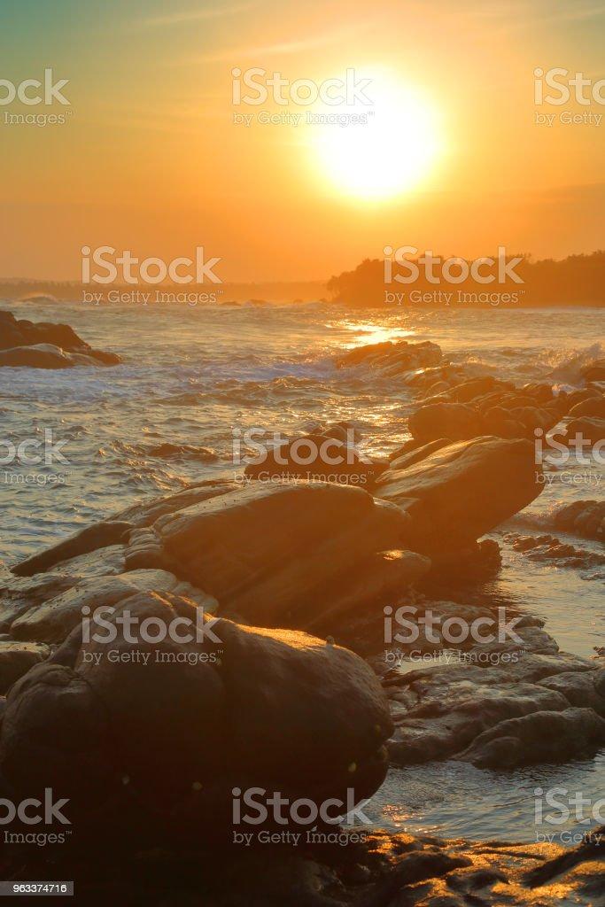 tropical sea sunset on stone beach - Zbiór zdjęć royalty-free (Bez ludzi)